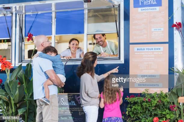 Werknemers in voedsel vrachtwagen helpen klanten