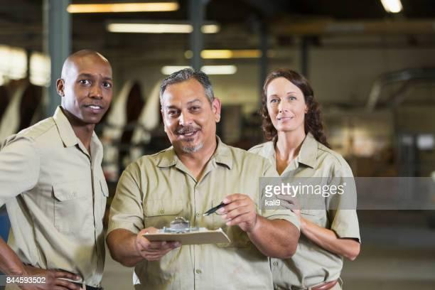 Travailleurs dans l'atelier de réparation de camions
