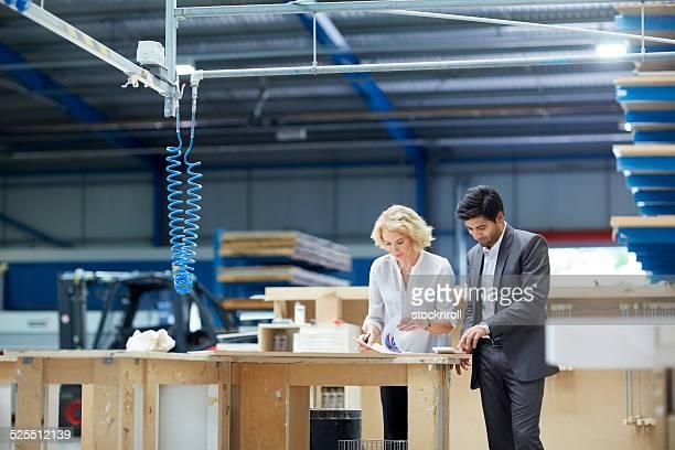 Arbeitnehmer Blick auf Papierkram in Fabrik