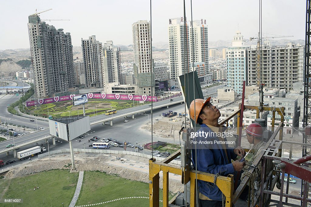 Workers on a construction site in Lanzhou. : ストックフォト
