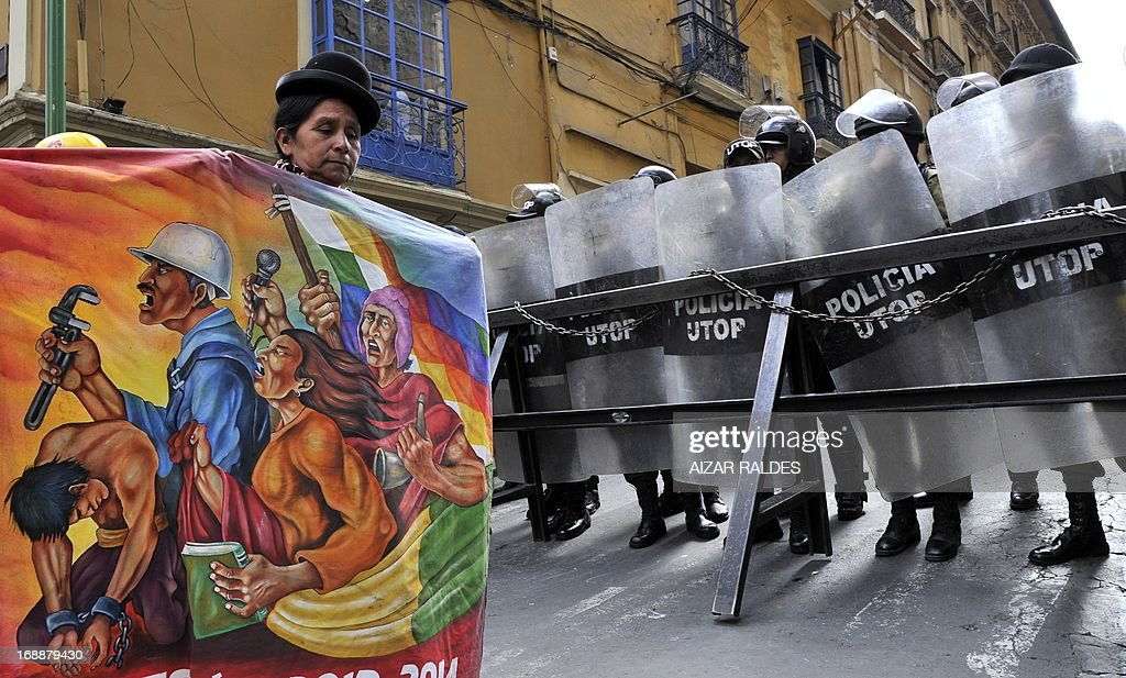Workers on the eleventh day of an indefinite strike called by the Bolivian Workers' Central union (COB) to demand the government for a pension equivalent to 100% of their salaries, demonstrate in La Paz on May 16, 2013. AFP PHOTO/Aizar Raldes