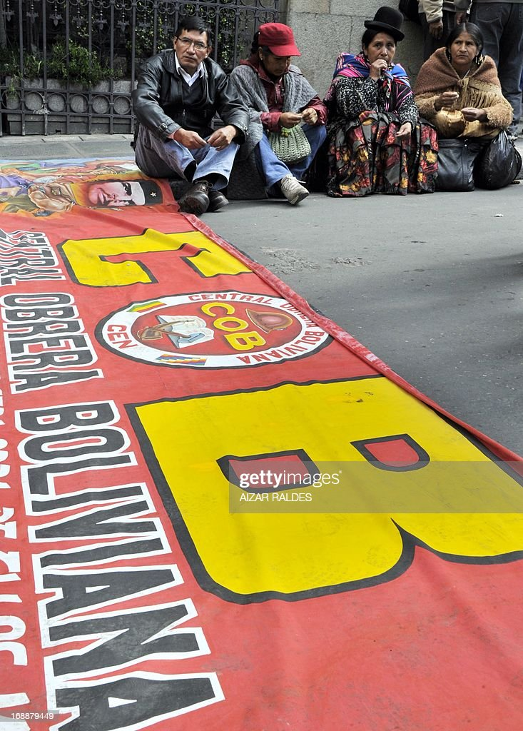 Workers on the eleventh day of an indefinite strike called by the Bolivian Workers' Central union (COB) to demand the government for a pension equivalent to 100% of their salaries, rest in the surroundings of the Plaza de Armas square in La Paz on May 16, 2013. AFP PHOTO/Aizar Raldes