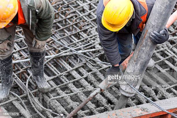 Travailleurs verser béton