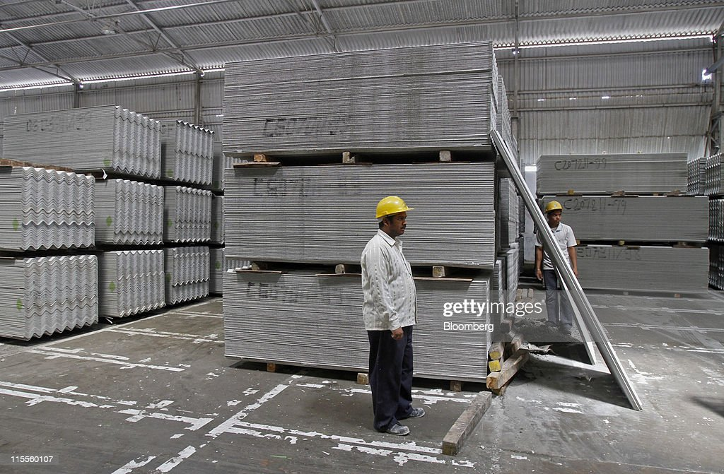 Workers prepare asbestos roofing sheets for dispatch at Everest Industries Ltd.u0027s roof factory & Fotos e imágenes de Tour of Everest Industriesu0027s Roof Factory in ... memphite.com