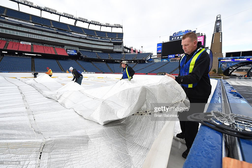 http://media.gettyimages.com/photos/workers-prepare-the-field-for-the-2016-nhl-bridgestone-winter-classic-picture-id502625648