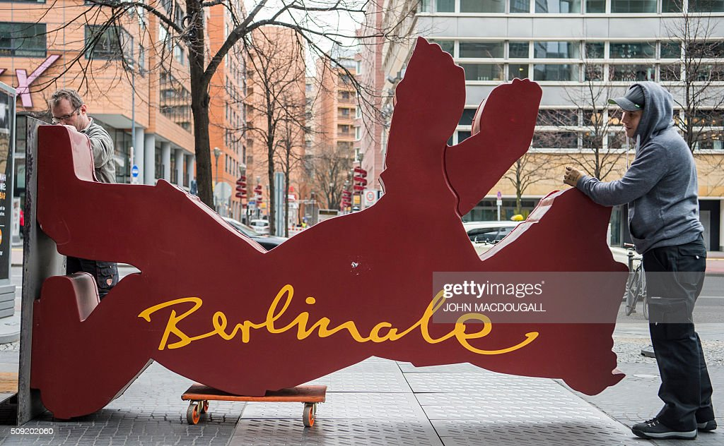 Workers prepare to lift a Berlinale Film Festival Bear into place near the Potsdamer Platz in Berlin on February 9, 2016. The 66th Berlin film festival starts February 11 with a spotlight on Europe's refugee crisis. / AFP / John MACDOUGALL