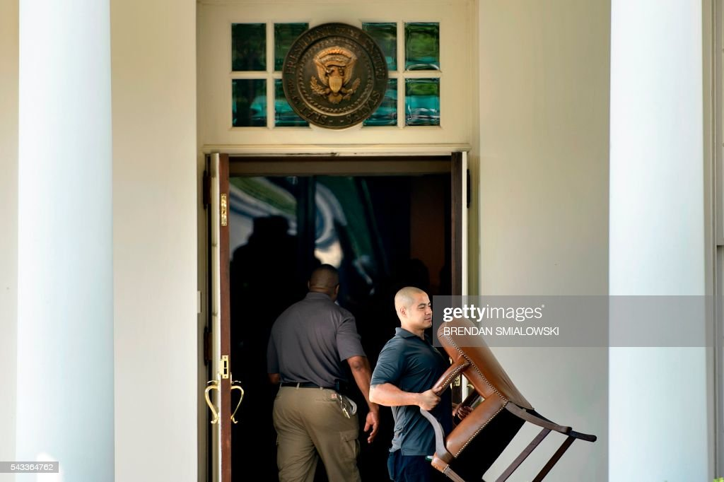 Workers remove furniture from the West Wing of the White House June 27, 2016 in Washington, DC. / AFP / Brendan Smialowski