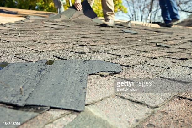 Arbeitnehmer werden die Schindeln auf dem Dach wegen der alten