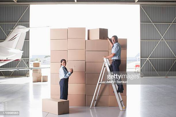 Arbeitnehmer Stapeln Karton Kartons in hangar