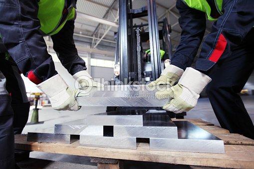 Arbeitnehmer, die aluminium Sattelgurt befestigt wird : Stock-Foto