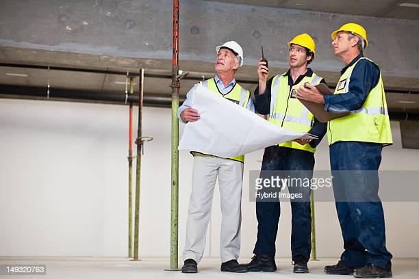 Arbeiter, die auf Baustelle