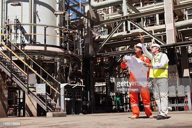 Trabajadores hablando en la refinería de petróleo