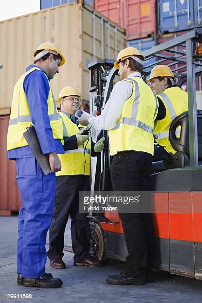 Arbeiter sprechen in Versand yard