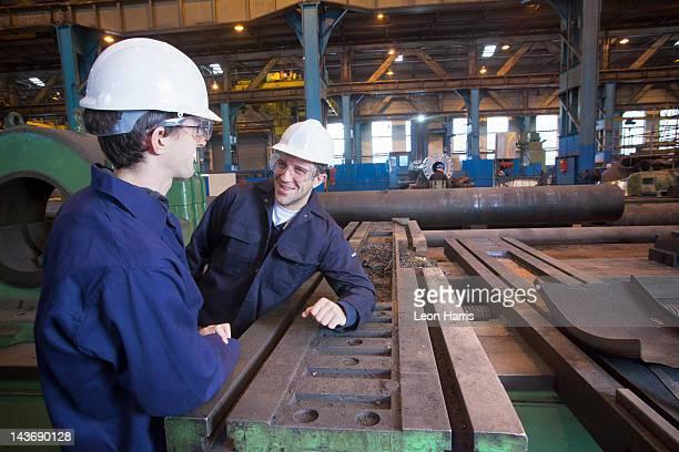 Travailleurs parlant en acier forge