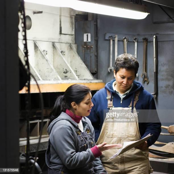 Operai parlano insieme in fabbrica