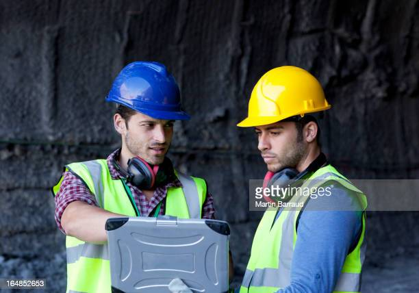 I colleghi utilizzando un computer portatile nel tunnel
