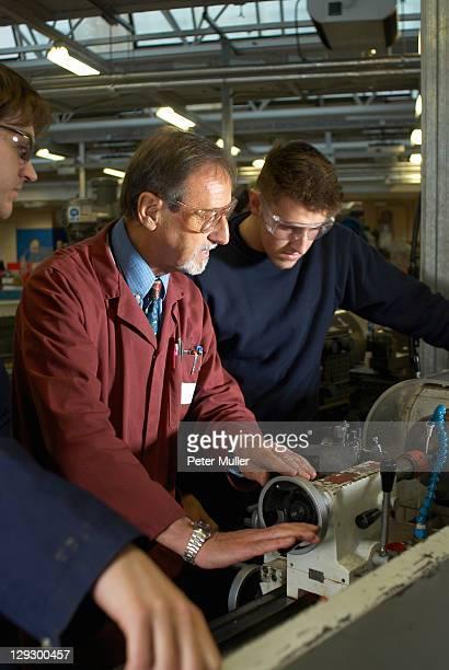Arbeiter im Werk mit Maschinen