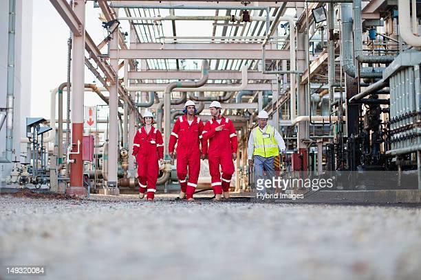 Trabajadores pasos en planta química