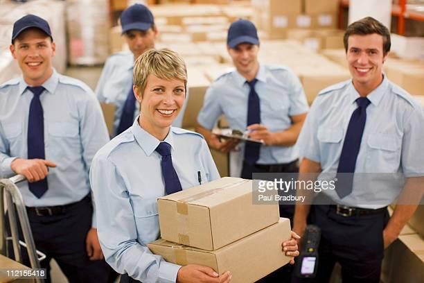 Arbeitnehmer mit Boxen in Versand-Bereich