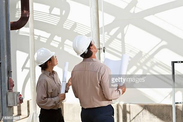 Travailleurs dans l'usine de fabrication des plans