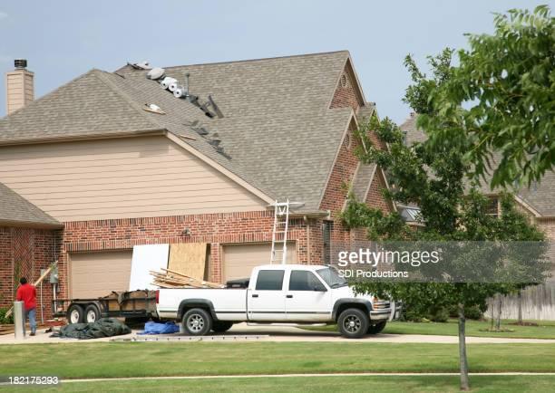 Arbeitnehmer arbeiten an einem Haus Dach