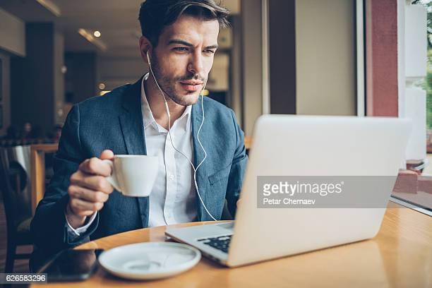 Le travail et boire du café