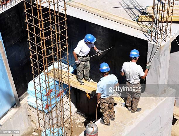 Travaillant sur un chantier de construction