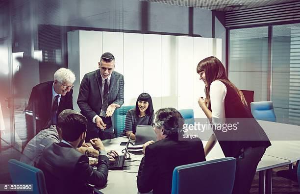 動作のビジネスチームオフィスで