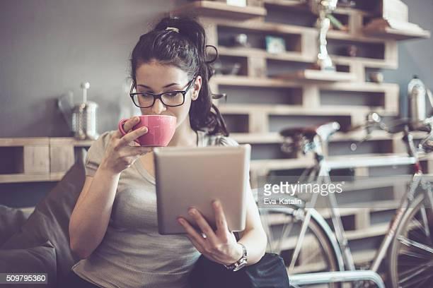 Trabaja en un café