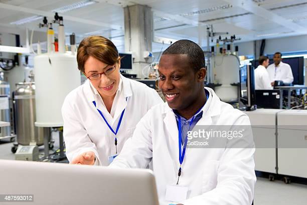 Scientifiques travaillant dans un laboratoire spécialiste