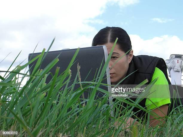 Travaillant dans la nature