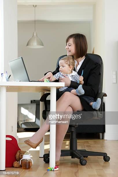 Travaillant à la maison, maman heureuse