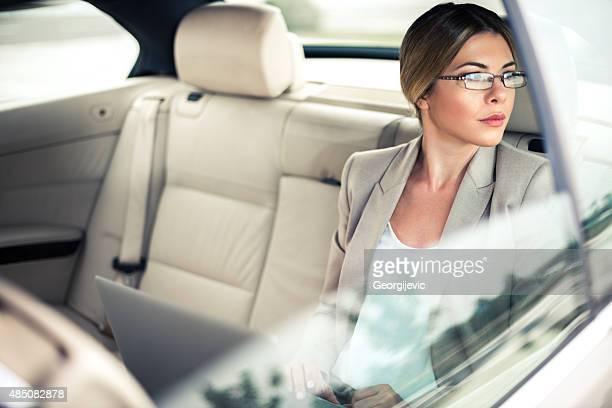 Arbeiten am laptop im Auto