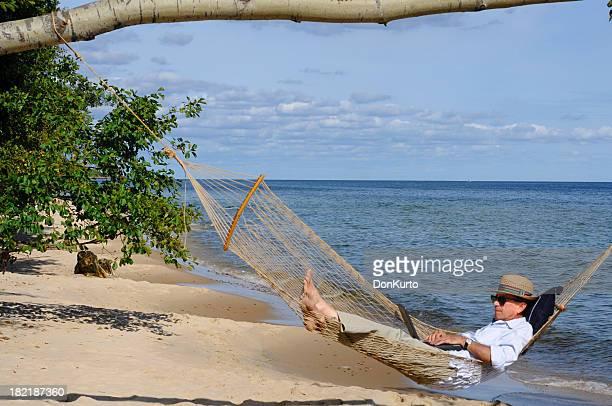 Travaillant sur la plage