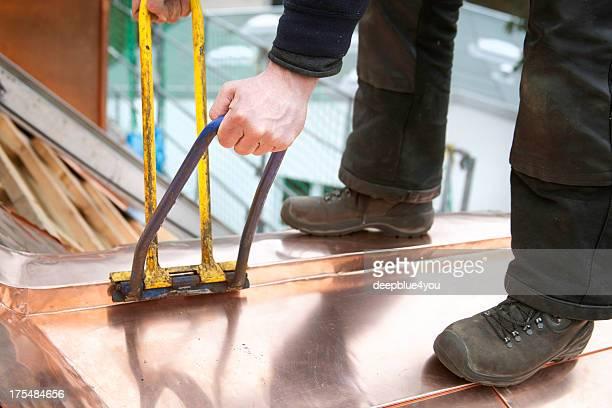 Dachdecker arbeiten mit Kupfer