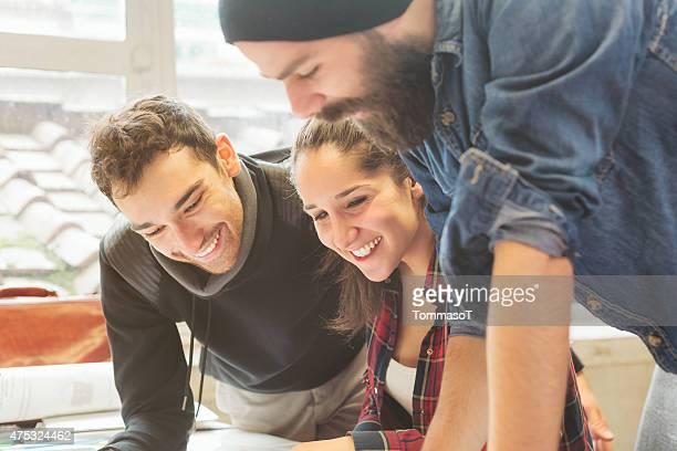 Travaillant ensemble dans le bureau de bureau-affaires