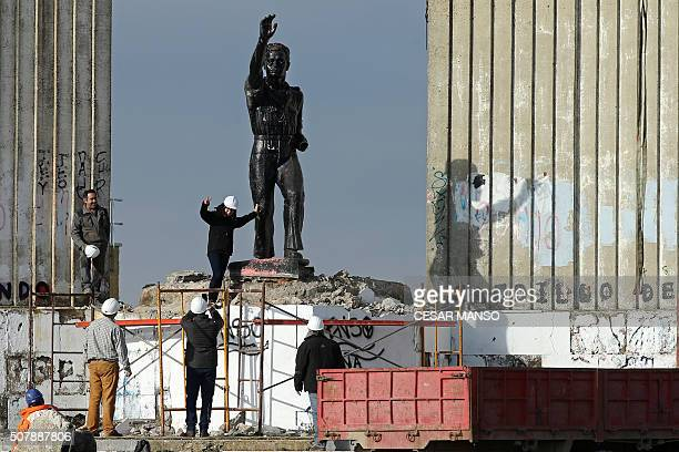 Workmen dismantle the Onesimo Redondo monument in Valladolid on February 1 2016 in line with Article 15 of the historical memory law adopted in...