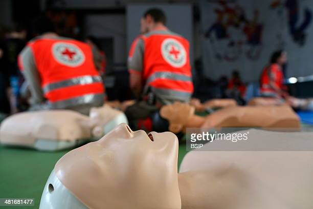 Workshop organised by the Red Cross Lifesaving first aid on a model