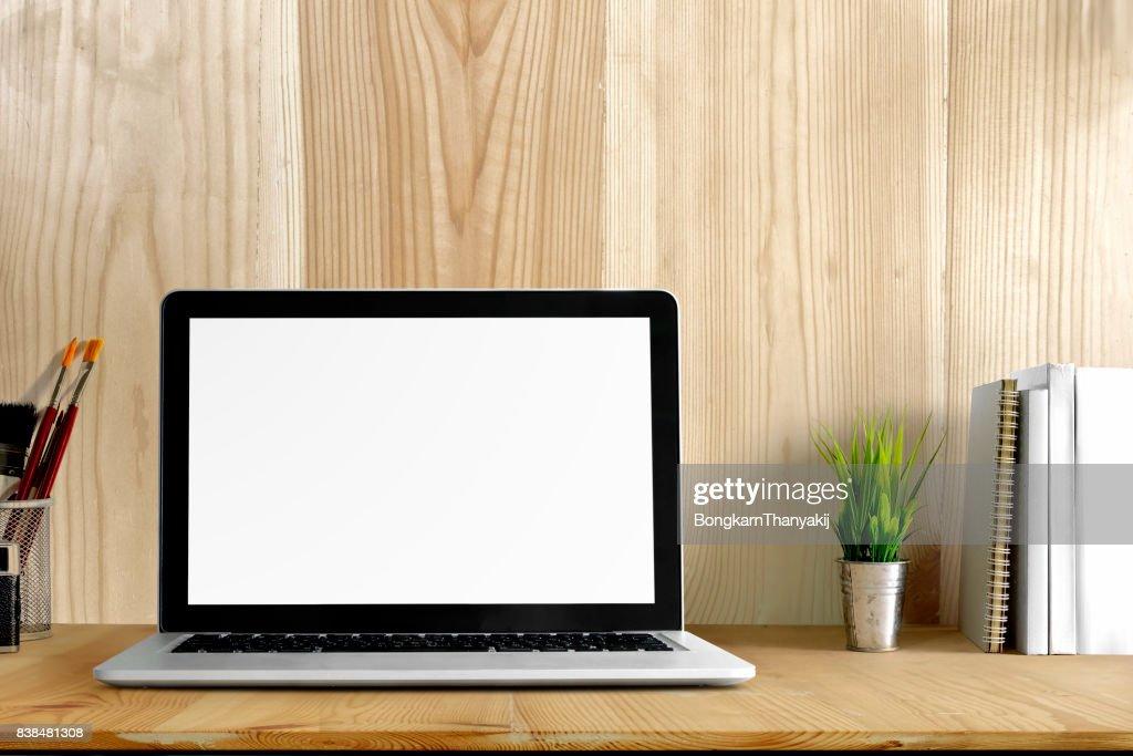 Espace de travail avec ordinateur portable fournitures de bureau