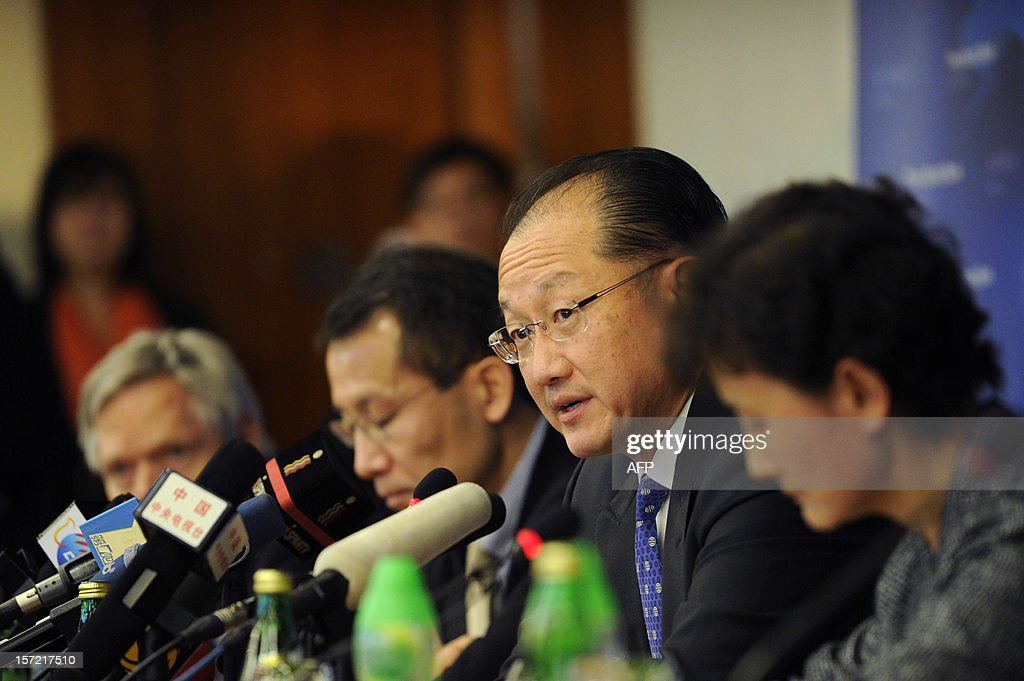 World Bank Group President Jim Yong Kim (2nd R) answers a question during a press conference in Beijing on November 30, 2012. The World Bank is to launch a joint study with Beijing on urbanisation in China, one of the great human migrations of modern times, it said on November 30. AFP PHOTO / WANG ZHAO