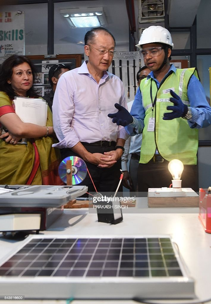 World Bank Group President Jim Yong Kim (C) interacts with Indian youths studying at a vocational skills development centre in New Delhi on June 29, 2016. / AFP / Prakash SINGH