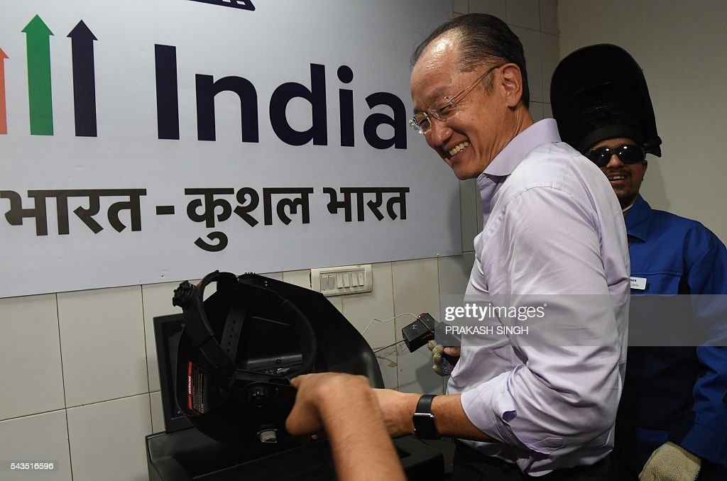 World Bank Group President Jim Yong Kim learns to weld during a visit to a vocational skills development centre in New Delhi on June 29, 2016. / AFP / Prakash SINGH