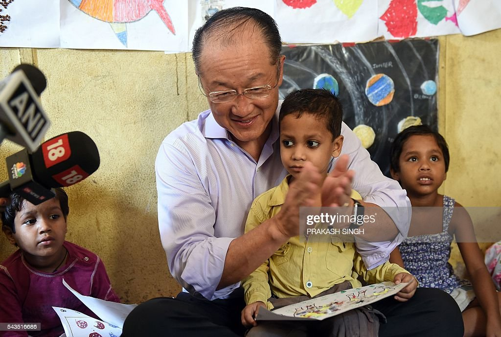 World Bank Group President Jim Yong Kim (C) meets with children at the Integrated Child Development Services (ICDS) Centre in New Delhi on June 29, 2016. / AFP / Prakash SINGH