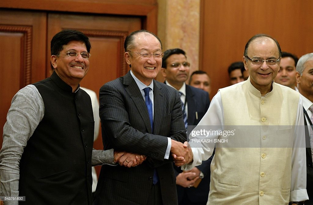 World Bank Group President Jim Yong Kim (C) shakes hands with Indian Finance Minister Arun Jaitley (R) and Power Minister Piyush Goyal after a meeting in New Delhi on June 30, 2016. / AFP / PRAKASH