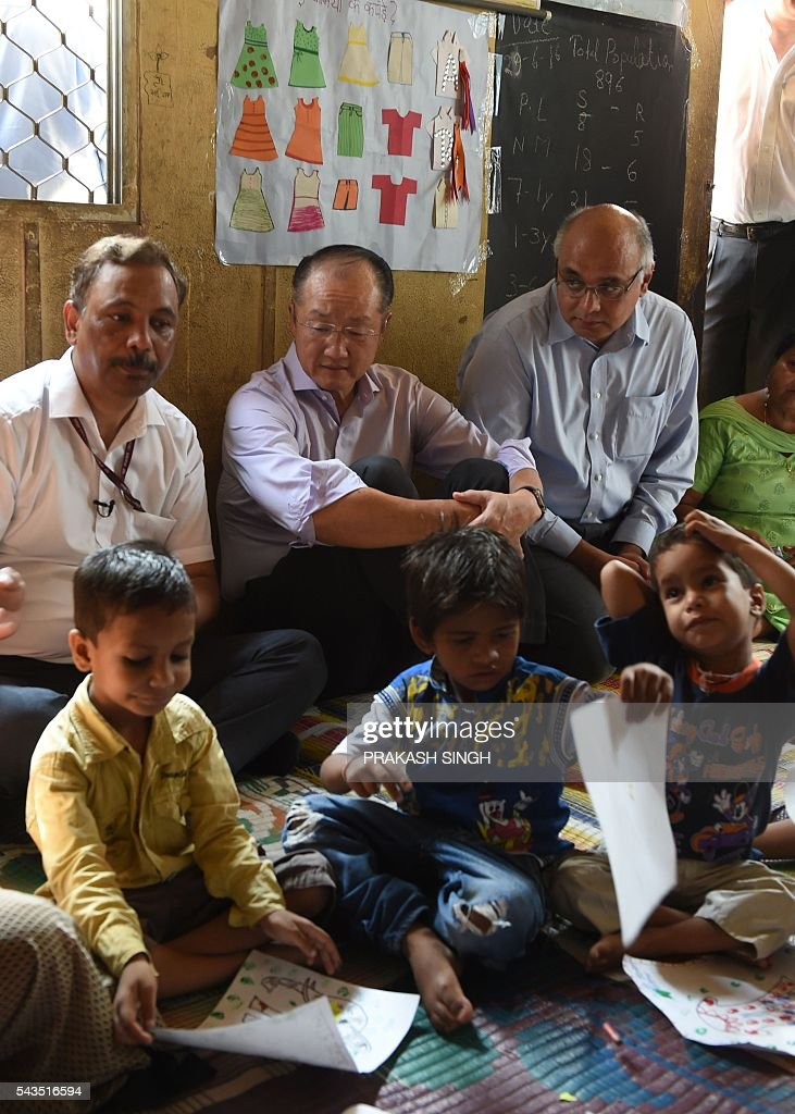 World Bank Group President Jim Yong Kim (C, top) vists the Integrated Child Development Services (ICDS) Centre in New Delhi on June 29, 2016. / AFP / Prakash SINGH