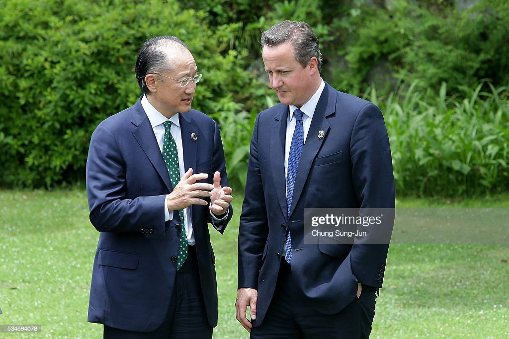 World Bank President <a gi-track='captionPersonalityLinkClicked' href=/galleries/search?phrase=Jim+Yong+Kim&family=editorial&specificpeople=2302483 ng-click='$event.stopPropagation()'>Jim Yong Kim</a> (L) talks with British Prime Minister <a gi-track='captionPersonalityLinkClicked' href=/galleries/search?phrase=David+Cameron+-+Pol%C3%ADtico&family=editorial&specificpeople=227076 ng-click='$event.stopPropagation()'>David Cameron</a> during a 'Outreach Session' family photo session on May 27, 2016 in Kashikojima, Japan. In the two-day summit, the G7 leaders are scheduled to discuss the pressing global issues including counter-terrorism, energy policy, and sustainable development.