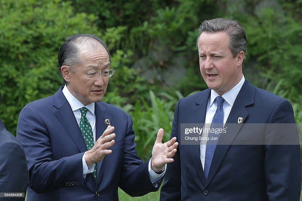 World Bank President <a gi-track='captionPersonalityLinkClicked' href=/galleries/search?phrase=Jim+Yong+Kim&family=editorial&specificpeople=2302483 ng-click='$event.stopPropagation()'>Jim Yong Kim</a> (L) talks with British Prime Minister <a gi-track='captionPersonalityLinkClicked' href=/galleries/search?phrase=David+Cameron+-+Homme+politique&family=editorial&specificpeople=227076 ng-click='$event.stopPropagation()'>David Cameron</a> during a 'Outreach Session' family photo session on May 27, 2016 in Kashikojima, Japan. In the two-day summit, the G7 leaders are scheduled to discuss the pressing global issues including counter-terrorism, energy policy, and sustainable development.
