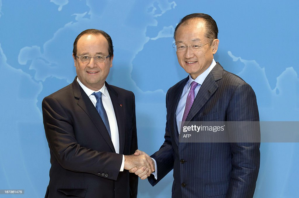 World Bank President Jim Yong Kim (R) welcomes French President Francois Hollande on November 8, 2013 at the World Bank Paris office in Paris. The European Union and the World Bank on November 4 pledged more than 8 billion US dollars in fresh aid for Sahel region countries, torn by conflict and among the poorest in all Africa. The EU will put up 6.75 billion US dollars (5 billion euros) and the World Bank 1.5 billion US dollars to help the long-suffering region. EULER