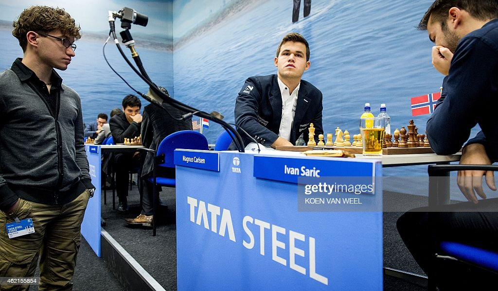 World champion <a gi-track='captionPersonalityLinkClicked' href=/galleries/search?phrase=Magnus+Carlsen&family=editorial&specificpeople=2602660 ng-click='$event.stopPropagation()'>Magnus Carlsen</a> (C) looks on during his match agaisnt Croatian Ivan Saric (R) on the final day of the 77th edition of the Tata Steel Chess Tournament in Wijk aan Zee, The Netherlands, 25 January 2015.