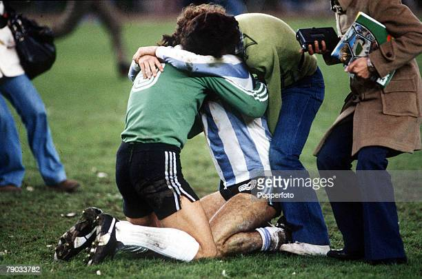 World Cup Final Buenos Aires Argentina 25th June Argentina 3 v Holland 1 Argentina's Alberto Tarantini celebrates with goalkeeper Ubaldo Fillol as...
